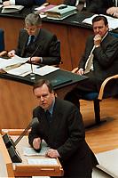 """22.04.1999, Deutschland/Bonn:<br /> Volker Rühe, CDU, Bundesverteidigungsminister a.D., spricht zur Regierungserklärung des undeskanzlers """"50 Jahre NATO""""; im Hintergrund: Joschka Fischer, B90/Grüne, und Gerhard Schröder, SPD, Bundeskanzler, Plenum, Deutscher Bundestag, Bonn<br /> IMAGE: 19990422-01/02-06<br /> KEYWORDS: Gerhard Schroeder, Volker Ruehe"""