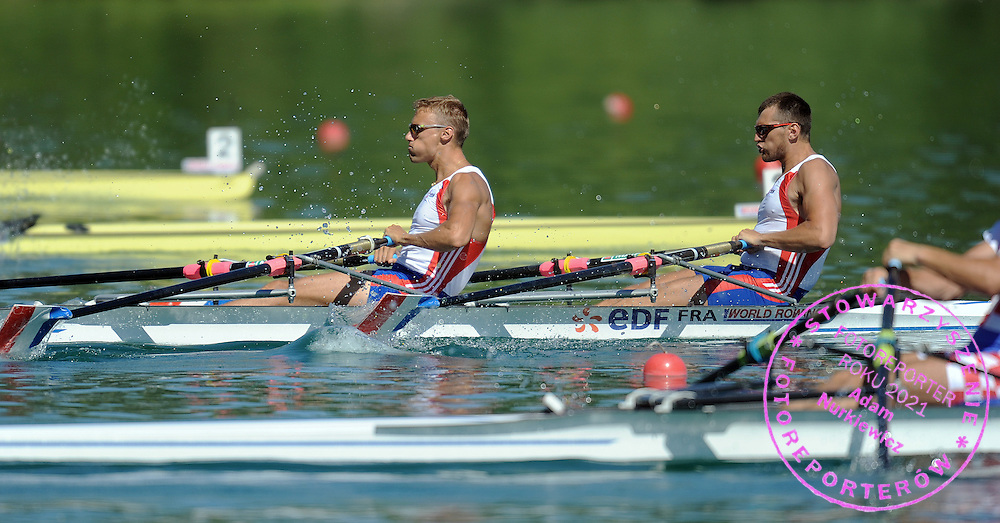 (L) ADRIEN HARDY & (R) JEAN BAPTISTE MACQUET (BOTH FRANCE) COMPETE AT MEN'S DOUBLE SCULLS HEAT DURING DAY 1 FISA ROWING WORLD CUP ON ESTANY LAKE IN BANYOLES, SPAIN...BANYOLES , SPAIN , MAY 29, 2009..( PHOTO BY ADAM NURKIEWICZ / MEDIASPORT )..PICTURE ALSO AVAIBLE IN RAW OR TIFF FORMAT ON SPECIAL REQUEST.