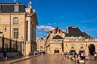 France, Côte-d'Or (21), Paysage culturel des climats de Bourgogne classés Patrimoine Mondial de l'UNESCO, Dijon, Place de la Libération, le Palais des ducs de Bourgogne, et l'église Saint-Michel // France, Burgundy, Côte-d'Or, Dijon, Unesco world heritage site, Liberation Square and Burgundy duke palace