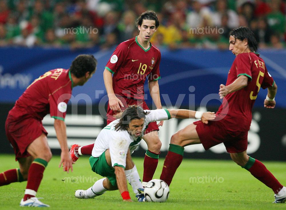 Fussball WM 2006        Portugal - Mexiko Jose FONSECA (Mitte, MEX) umzingelt von den portugiesischen Spielern: PETIT, TIAGO und Fernando MEIRA (alle POR, links, nach rechts).