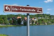 Schild Eder-Ferienstraße, Nieder-Werbe am Edersee, Nordhessen, Hessen, Deutschland | road sign Eder holiday route, Lake Eder, Hesse, Germany