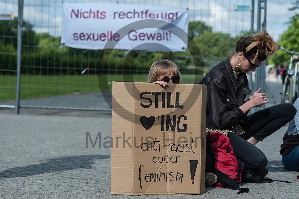 &quot;Still loving anti-racist queer feminism!&quot; steht w&auml;hrend der Kundgebung Nein Heisst Nein am 07.07.2016 in Berlin, Deutschland auf dem Schild einer Teilnehmerin. Heute wird im Bundestag &uuml;ber den Gesetzesentwurf zum Sexualstrafrecht diskutiert und abgestimmt. Foto: Markus Heine / heineimaging<br /> <br /> ------------------------------<br /> <br /> Ver&ouml;ffentlichung nur mit Fotografennennung, sowie gegen Honorar und Belegexemplar.<br /> <br /> Bankverbindung:<br /> IBAN: DE65660908000004437497<br /> BIC CODE: GENODE61BBB<br /> Badische Beamten Bank Karlsruhe<br /> <br /> USt-IdNr: DE291853306<br /> <br /> Please note:<br /> All rights reserved! Don't publish without copyright!<br /> <br /> Stand: 07.2016<br /> <br /> ------------------------------