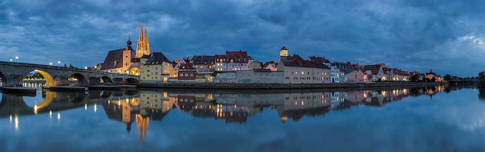 Blick auf die Steinerne Brücke und das Regensburg Panorama am nördlichsten Punkt der Donau. Seit 2006 gehört die Regensburger Altstadt zum UNESCO Welterbe.
