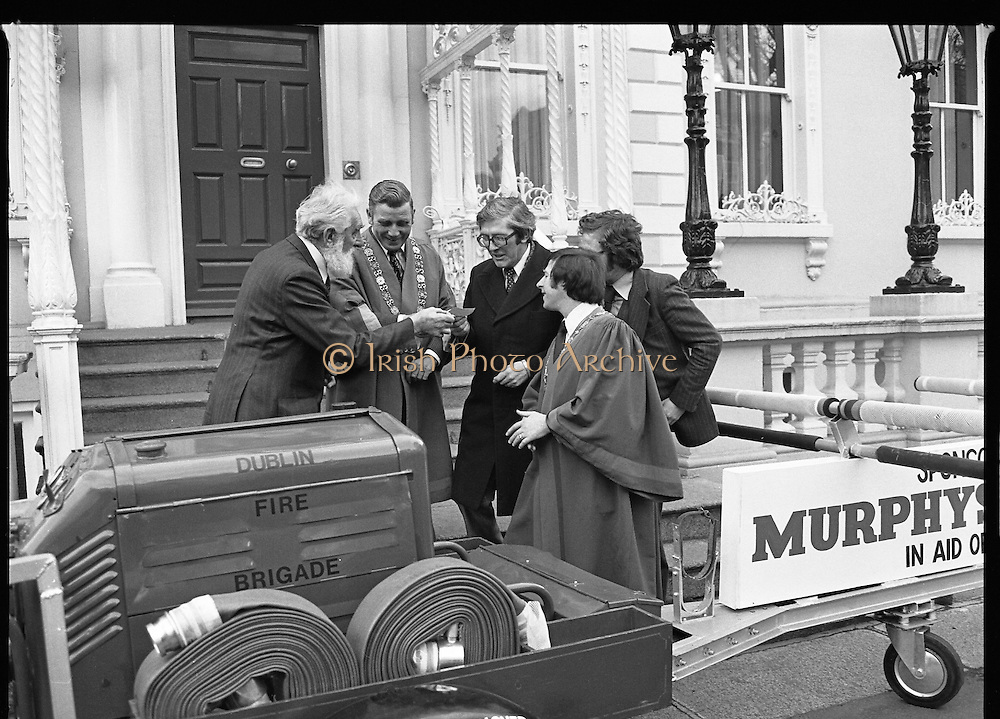 29/03/1978.03/29/1978.29th March 1978..Pictured left to right, Mr. Noel Purcell, presenting a cheque for £1,000 to Mr. M.E. Marren, President Unicef (centre) with from left - Clr. Michael Collins, Lord Mayor of Dublin, Mr. Conor Cummeen, Murphy's, and Clr. Paddy O'Mahoney, Deputy Lord Mayor of Dublin.