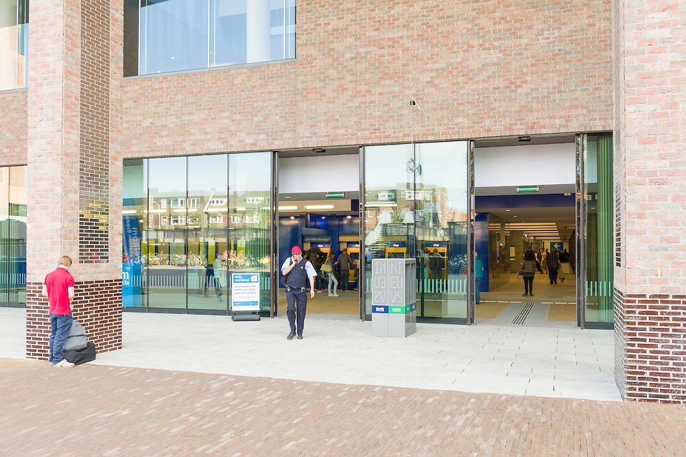 Nederland, Breda, 20140912.<br /> de noordkant van het station in gebruik is genomen. Het compleet nieuwe station van Breda brengt reizen, wonen, werken en winkelen op een moderne en comfortabele manier samen. Door een nieuw busperron voor twintig bussen, parkeerruimte voor 4.400 fietsen en meer dan 700 auto&rsquo;s, woningen, kantoren en winkels in het station zelf. Opgezet op een ruime en toegankelijke manier, met een brede voetgangerspassage, overzichtelijke pleinen en brede wegen. De zes sporen en drie perrons op station Breda bieden ruimte aan 16 treinen per uur.<br /> <br /> Netherlands, Breda, 20140912.<br /> The completely new railway station of Breda will travel, live, work and shop in a modern and comfortable way together. A new bus platform for twenty buses, parking for 4,400 bikes and over 700 cars, homes, offices and shops in the station itself. Mounted on a spacious and accessible way, with a wide pedestrian passage, clear squares and wide roads. The six tracks and three platforms at Breda station for up to 16 trains per hour.