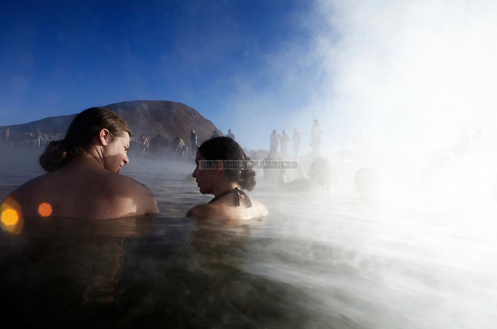 TATIO, Chile - 29/05/11: El Tatio es un campo de géiseres ubicado en los montes andinos del norte de Chile a unos 4200 msnm. Es el grupo más grande de géiseres del hemisferio sur y el tercero más grande del mundo tiene cerca de 80 géiseres, aproximadamente un 8% de los existentes en el mundo.  El agua emerge a unos 86 ºC de temperatura, punto de ebullición a esta altura.  El depósito de agua está dentro de las rocas volcánicas, cubierto por capas impermeables y las fallas conducen el agua caliente a la superficie. Se ignora cuál sea la fuente de calor, pero quizá sea un magma o una intrusión ígnea. Gregorio Marrero