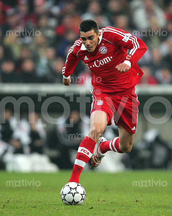 Fussball Bundesliga FC Bayern Muenchen - Borussia Moenchengladbach LUCIO (FCB), Einzelaktion am Ball.