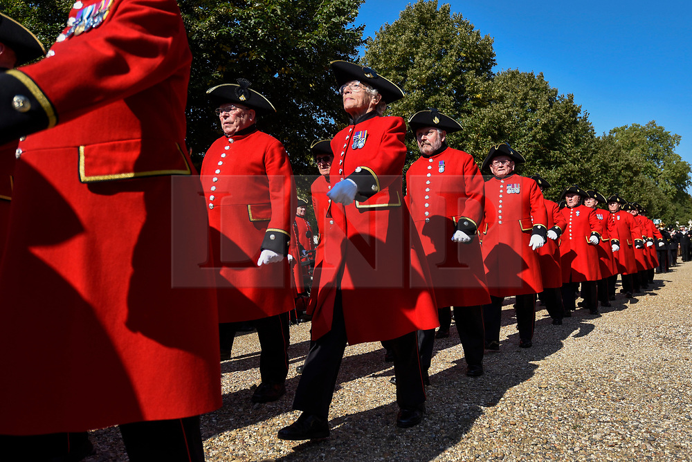 "© Licensed to London News Pictures. 01/09/2018. LONDON, UK.  Chelsea Pensioners and military representatives from London parade down the King's Road, in an event called ""London Remembers"", to remember the actions of the London regiments who served in WWI.  Photo credit: Stephen Chung/LNP"