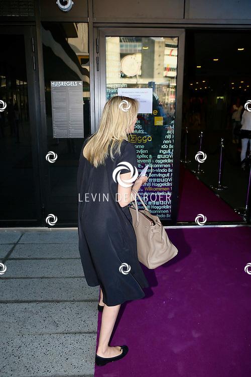 AMSTERDAM - Niet eerder trad de 71-jarige theaterdiva Barbra Streisand op in Nederland. Ze doet Nederland aan in het kader van haar tournee Barbra Streisand Live. Velen bekende Nederlanders kwamen natuurlijk hier een kijkje nemen. Met op deze foto  Renate Gerschtanowitz-Verbaan. FOTO LEVIN DEN BOER - PERSFOTO.NU