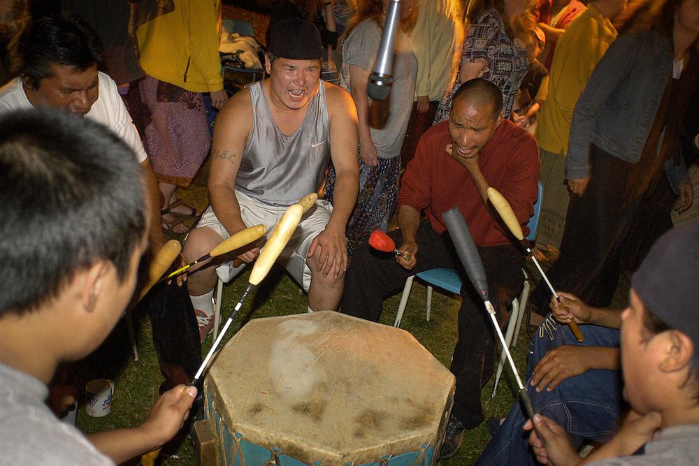 Chant de gorges et tambour avec le groupe les Black Bear de la communauté attikamek durant la rencontre spirituelle chez le grand-père William Commanda à Kitigan Zibi, Maniwaki, Outaouais, 6-7 août 2004