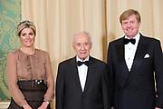 Offici&euml;le foto voorafgaand aan het banket in paleis Noordeinde, op de laatste dag van het driedaags officieel bezoek van Peres aan Nederland.<br /> <br /> Official photo prior to the banquet at Noordeinde Palace, on the last day of the three-day official visit to the Netherlands Peres.<br /> <br /> Op de foto / On the Photo: <br /> <br /> <br />  Koningin Maxima, de Israelische president Shimon Peres en koning Willem-Alexander <br /> <br /> Queen Maxima, the Israeli President Shimon Peres and King Willem-Alexander