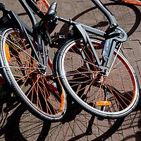 Nederland,Amsterdam, 4 augustus 2017.<br />De gemeente Amsterdam doet de deelfiets in de ban. Alle deelfietsen die in de openbare ruimte worden verhuurd, worden van straat gehaald, zodat er &quot;plek in het rek is en blijft&quot;, aldus de gemeente.<br /> <br /> De deelfiets kan worden gehuurd door middel van een app. Daarmee betaalt een klant de fiets en wordt die van het slot gehaald. Als de klant hem heeft gebruikt, kan hij hem overal wegzetten.<br /> <br /> En dat levert frustratie op, omdat schaarse fietsplekken onnodig bezet worden. &quot;We zijn hard aan het werk om meer plek voor de fietser te realiseren en die willen we niet door de vele commerci&euml;le deelfietsen laten innemen&quot;, zegt wethouder Litjens.<br /> <br /> Paal en perk stellen<br /> <br /> De afgelopen tijd is er in de stad een wildgroei aan nieuwe bedrijfjes die de deelfiets aanbieden. Het concept zou eigenlijk het aantal fietsen in de stad moeten verminderen, maar het werkt averechts, concludeert de wethouder. &quot;Tot nu toe lijken het er alleen maar meer te worden, daar willen we paal en perk aan stellen.&quot;<br /> <br /> Volgens de gemeente is het ook wettelijk niet toegestaan om de openbare ruimte als uitgifteplek voor de fietsen te gebruiken. De bedrijven moeten nog op de hoogte worden gesteld van de nieuwe aanpak. De gemeente wil met de bedrijven nadenken over hoe de parkeerdruk door middel van de deelfietsen wel kan worden verminderd.<br /><br /><br /><br />Foto: Jean-Pierre Jans