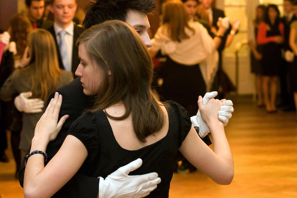 Wien/Oesterreich, AUT, 21.12.2007: Junge Tanzschueler waehrend einem Anfaenger Tanzkurs in der beruehmten Tanzschule Elmayer in der Braeunerstra&szlig;e im Wiener Stadtzentrum.<br /> <br /> Vienna/Austria, AUT, 21.12.2007: Young dancers attending a beginners course at the Elmayer Dancing School in the city center of Vienna.