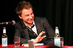 """Katharina Hagena und Benjamin Lebert diskutieren in der Hamburger 2ten Heimat über Reflexion und Veränderung der Bedeutung der Literatur für die Verhältnisse. """"Mit Hilfe von Geschichten den Ungeheuerlichkeiten zu begegnen ohne zu versteinern"""", definiert Hagena das Publizieren. Für Lebert beginnt """"das Schreiben erst, wenn wir Gefahr laufen zu Stein zu werden"""". Im Bild: Banjamin Lebert<br /> <br /> Ort: Hamburg<br /> Copyright: Andreas Conradt<br /> Quelle: PubliXviewinG"""