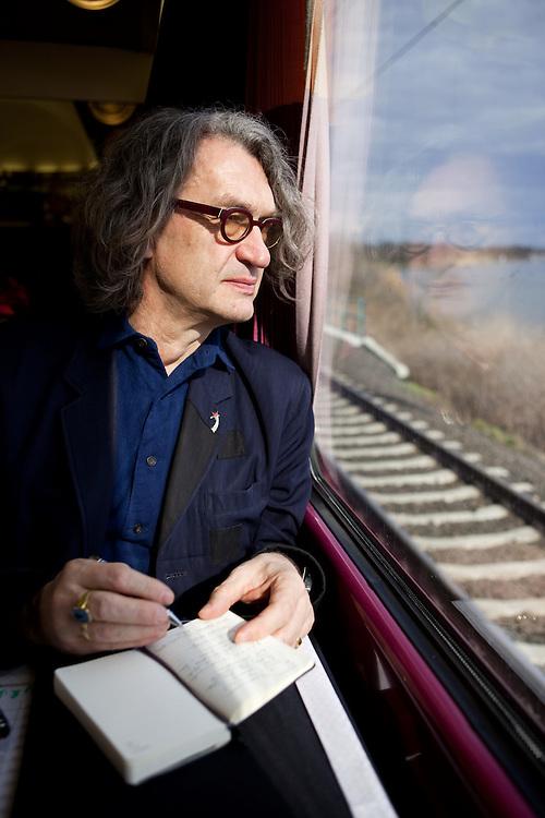 Filmregisseur Wim Wenders (&quot;Buena Vista Social Club&quot;) im Zug von Berlin nach Prag auf dem Weg zum internationalen &quot;Febio-Festival&quot; in der tschechischen Hauptstadt. Der 63-J&auml;hrige wurde zur Er&ouml;ffnung der alternativen Veranstaltung mit einer Retrospektive geehrt. Wenders gilt als leidenschaftlicher Bahnfahrer.<br /> <br /> Film director Wim Wenders (&quot;Buena Vista Social Club&quot;)  in the train from Berlin to Prague heading to the international &quot;Febio-Festival&quot;. For the opening of the alternative festival 63 years old Wenders was honoured with a retrospective of his films.