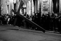 """Francavilla Fontana 09/04/2009 giorno del venerdì Santo, nel paese si svolgono le processioni a cui partecipano le diverse Congreghe. Uomini incappucciati detti """"Pappamusci"""" girano a coppie per la città, giorno e notte. La sera si svolge la processione dei Misteri dove penitenti scalzi e incappucciati trascinano pesanti travi a croce."""