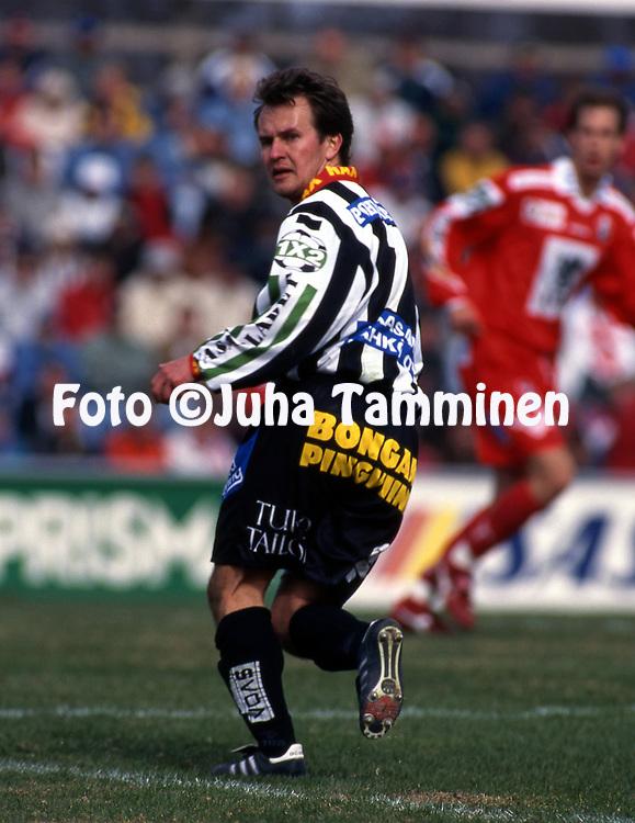 8.5.1997, Hietalahti, Vaasa.<br /> Veikkausliiga 1997.<br /> Vaasan Palloseura - FF Jaro.<br /> Juha Karvinen - VPS