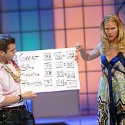 NLD/Hilversum/20070302 - 8e Live uitzending SBS Sterrendansen op het IJs 2007, Nance Coolen en assistent met kartonnen bord omdat het scorebord kapot is