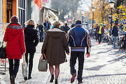 In Utrecht lopen een man vrouw hand in hand door de binnenstad.<br /> <br /> In Utrecht a man and woman walk hand in hand in the city center.