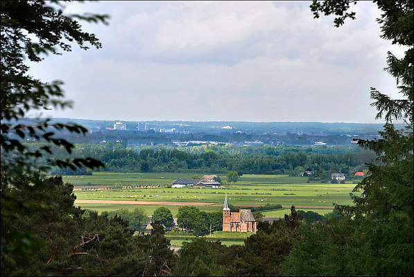 Nederland, Berg en Dal, 28-5-2015Het kleinste dorp van Nederland, Persingen, gemeente Ubbergen, in de Ooijpolder, gezien vanaf de heuvels van Berg en Dal bij Nijmegen. In de achtergrond Arnhem.The smallest village in the Netherlands as seen from the heights of Berg en Dal. These hills where formed during the last Glacial Period.Foto: Flip Franssen/Hollandse Hoogte