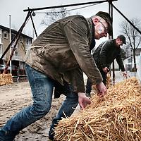 Nederland, Gevenbricht, 9 februari 2016.<br /> Voorbereidingen voor het volksfeest Ganstrekken in Grevenbicht.<br /> De strobalen worden op het parcours klaargelegd.<br /> <br /> Preparations for Ganstrekken or Goose pulling  using a dead goose as part of the traditional Shrove Tuesday celebrations. <br /> The straw bales are laid out on the trail.<br /> <br /> Foto: Jean-Pierre Jans