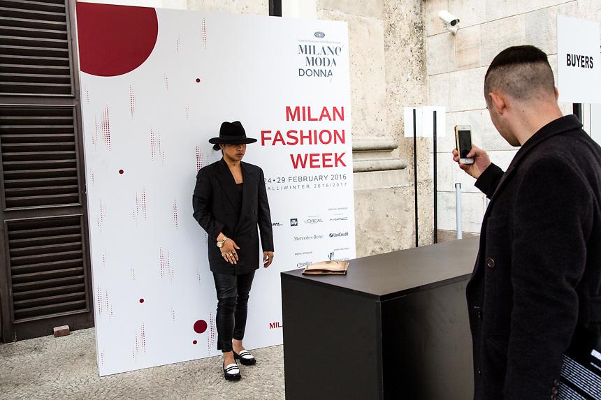 A la fin du defile de Uma Wang dans la Sala delle Cariatidi de Palace Real a Milan, pendant la semaine de la mode