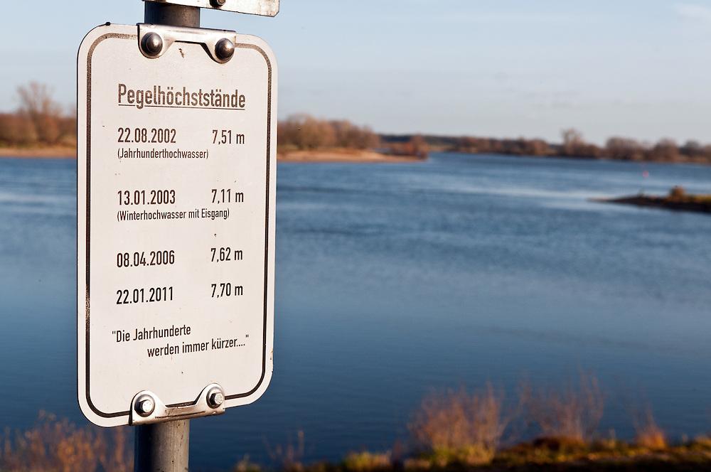 Ein Schild am Deich der Elbe der gemeinde Damnatz im Kreis Luechow-Dannnenberg,Niedersachsen weisst auf die zunehmenden Pegelstaende der Elbe hin.Hoechststaende 2002 7,51 Meter (sogenanntes Jahrhunderthochwasser) ; 2003 7,11 Meter, 2006 7,62 Meter und am 22.01.2011 7,70 Meter . Darunter der Textil: Die Jahrhunderte werden immer kuerzer...|  sign shows   |