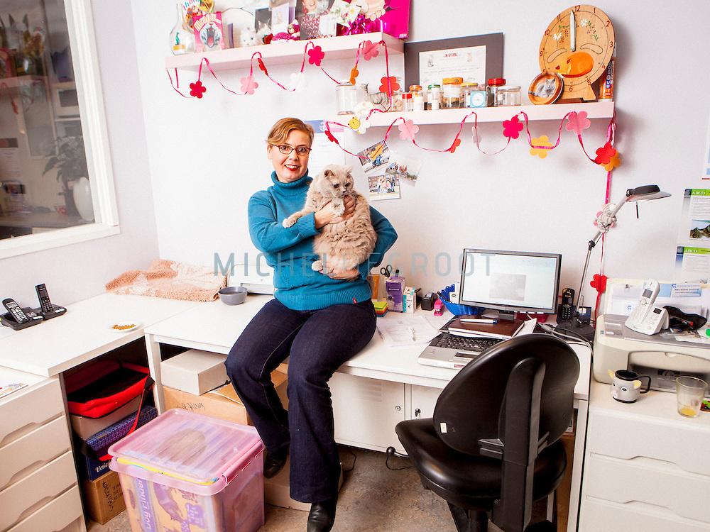 Marcellina Stolting, Kattengedrag therapeut in haar kantoor in Harmelen met haar oude en, sinds kort, blinde kater Boedda.
