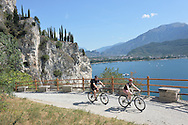 Riva del Garda, mountain bike sulla salita della Ponale, con veduta il lago di Garda, Agosto 2015 © foto Daniele Mosna