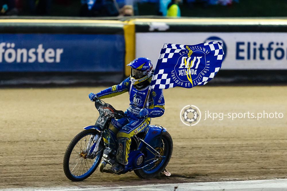 150916 Speedway, SM-final, Vetlanda - Indianerna<br /> Bartosz Zmarzlik, Elit Vetlanda med Elit Vetlandas flagga efter en fem-etta i det fj&auml;rde heatet.<br /> Speedway, Swedish championship final,<br /> Bartosz Zmarzlik, Elit Vetlanda with a flag after a 5-1 win for Vetlanda in the 4:th heat.<br /> &copy; Daniel Malmberg/Jkpg sports photo
