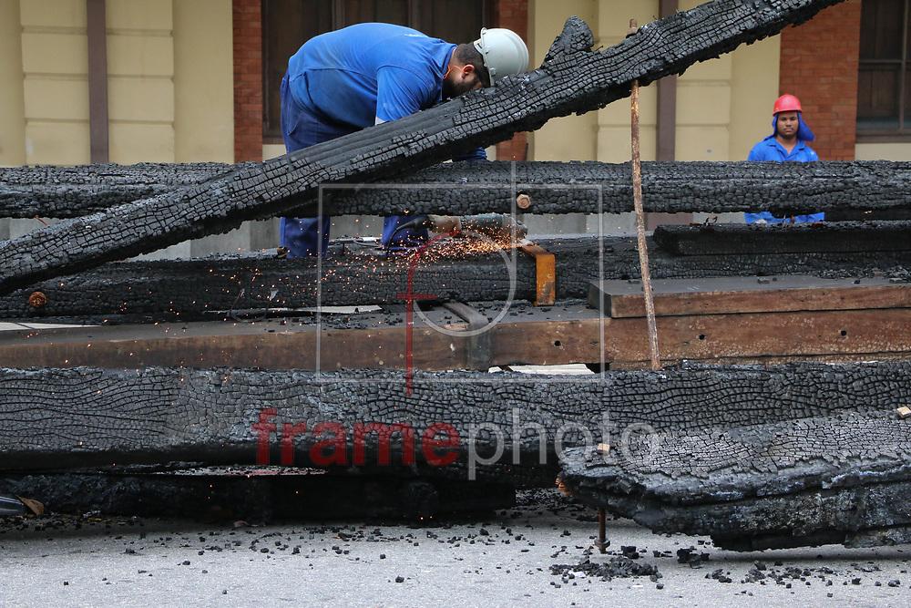 Operarios trabalham na retirada dos grampos que amarravam a estrutura do telhado do museu da lingua portuguesa. Com uma serra operario cortam e separam as madeiras que serao reaproveitadas. Foto: Marcelo S. Camargo/FramePhoto