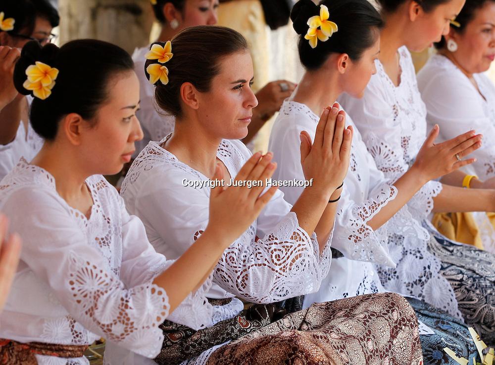 Commonwealth Bank Tournament of Champions  2011, WTA Tour, Damen Hallen Tennis Turnier in Bali ,Indonesien, .Hindu Tempel Zeremonie mit der Spielerin Anabel Medina Garrigues (ESP).sitzend in der Mitte,privat,traditionelle Kleidung,