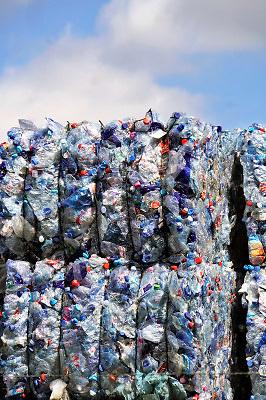 Nederland, Lobith, 14-8-2018Op een bedrijfsterrein worden plastic flessen, petflessen, en plastic verpakking opgeslagen en later verwerkt tot kunststof korrels en vezels die weer kunnen worden gebruikt voor de fabrikage van nieuwe produkten in Ierland, Ireland.. Manufactures high quality polyester products from recycled post consumer PET bottles. Europe's largest PET recycler, processing 1.6 billion post consumer PET bottles annually. FOTO: FLIP FRANSSEN