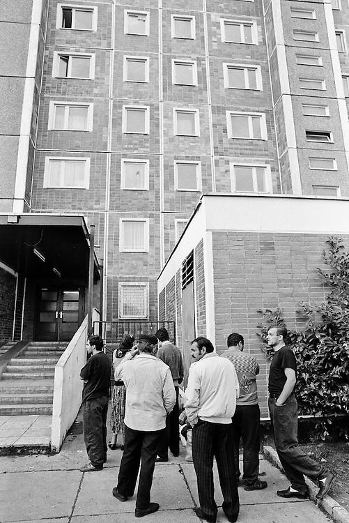 Germany - Deutschland - Rostock-Lichtenhagen; Progrome, Ausstreitungen gegen Asylbewerber vor und und um die Zentrale Aufnahmestelle für Asylbewerber (ZAST)..Flüchtlinge, vorallem aus Osteuropa; Vietnamesen werden Opfer von fremdenfeindlichen Angriffen; die Polizei war vorallem am 1. Tag (23.08.1992) machtlos bzw abwesend; HIER: am 24.August 1992; Nach der 1. Nacht der Angriffe und Straßenschlachten; Polizeieinsatz; Politei zog sich erst zurück bis später u.a. der Bundesgrenzschutz zur Hilfe kam; Verunsicherte und ängstliche Flüchtlinge vor dem Sonnenblumenhaus ...
