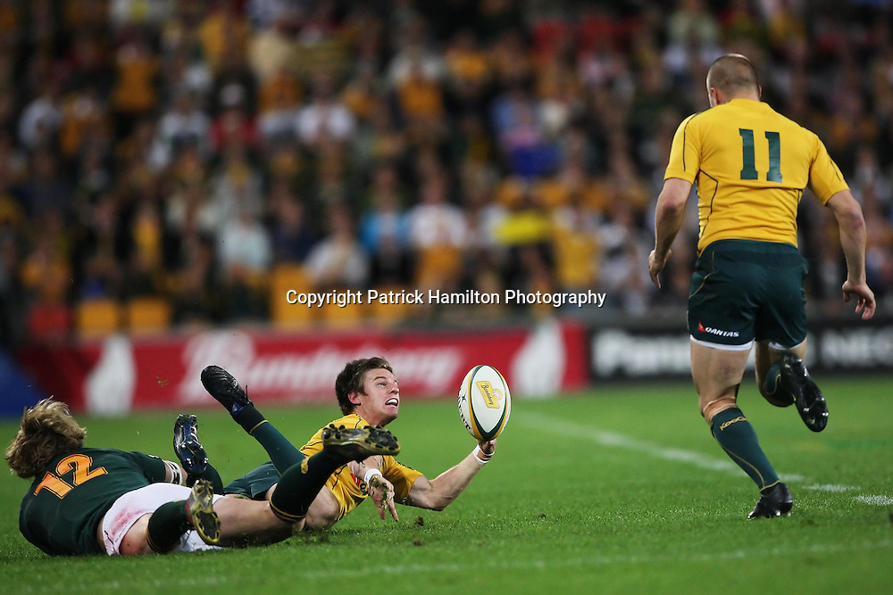 Rob Horne (l) gets a pass away to Drew Mitchell (r) during the Tri-Nations rugby Test at Suncorp Stadium in Brisbane,  July 24, 2010.The Wallabies again ran the world champion Springboks into submission to win the second Tri-nations rugby Test 30-13 .