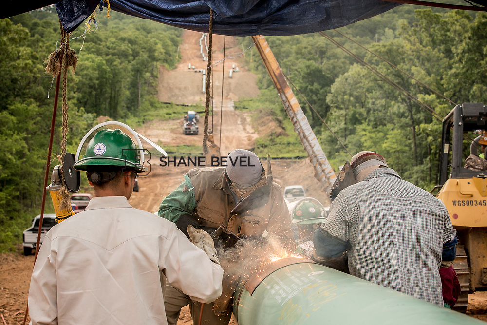 6/1/17 8:57:39 AM -- Sen. James Inhofe visits the Diamond Pipeline sight with representatives from Plains All American Pipeline, Valero and Pumpco Pipeline Construction near Hectorville, Okla.<br /> <br /> Photo by Shane Bevel