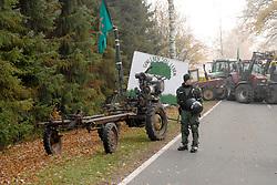 Blockade der Straßentransportstrecke für den Castor nach Gorleben: Mehrere Traktoren sind ineinander verkeilt, viele weitere dahinter sperren die Straße.  <br /> <br /> Ort: Splietau<br /> Copyright: Felix Quittenbaum<br /> Quelle: PubliXviewinG