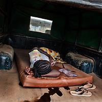 19/04/2014. Gueckedou. Guin&eacute;e Conakry.  <br /> <br /> Suite &agrave; un appel, une &eacute;quipe de MSF va chez Finda Marie Kamano, 33 ans, elle ressent une grande faiblesse, avec des vomissements et dysenterie. Avec la fi&egrave;vre, et les saignements de nez, ce sont les sympt&ocirc;mes provoqu&eacute;s par le virus Ebola.<br /> <br /> Arriv&eacute;e au centre de traitement, Finda Marie est prise en charge par une infirmi&egrave;re en tenue de protection. Elle l'accompagnera dans la zone dite des &quot;cas suspects&quot;, des personnes qui pr&eacute;sentent des sympt&ocirc;mes mais n'ont pas encore fait le test de l'Ebola.<br /> <br /> Following a call, an MSF team goes to consult Finda Marie Kamano, 33 years, she feels great weakness with vomiting and dysentery. With fever, and nose bleeds, what the symptoms are caused by the Ebola virus.<br /> <br /> Arrival at the treatment center, Finda Mary is helped by a nurse in uniform protection . She accompanied her into the so-called &quot;suspects&quot; area, people who have symptoms but have not been tested for Ebola.<br /> <br /> &copy;Sylvain Cherkaoui/Cosmos/MSF