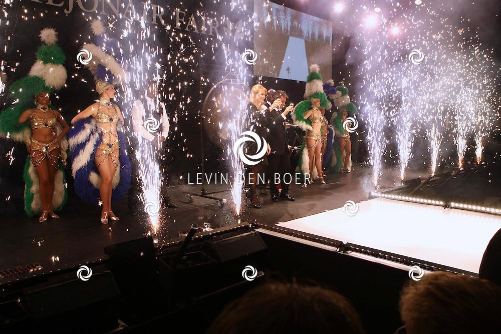 AMSTERDAM - In de Rai is de Miljonair Fair van start gegaan.  Met op de foto Hertogin van York Sarah Margaret Ferguson die de officiele handeling mocht doen voor de opening samen met organisator Yves Gijrath. FOTO LEVIN DEN BOER - PERSFOTO.NU
