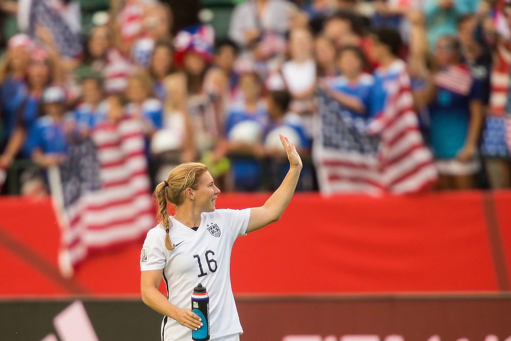 The United States' Lori Chalupny waves to fans following the American's 2-0 win over Colombia in their FIFA Women's World Cup Group of 16 Match at Commonwealth Stadium in Edmonton, Canada on June 22, 2015.   AFP PHOTO/GEOFF ROBINS