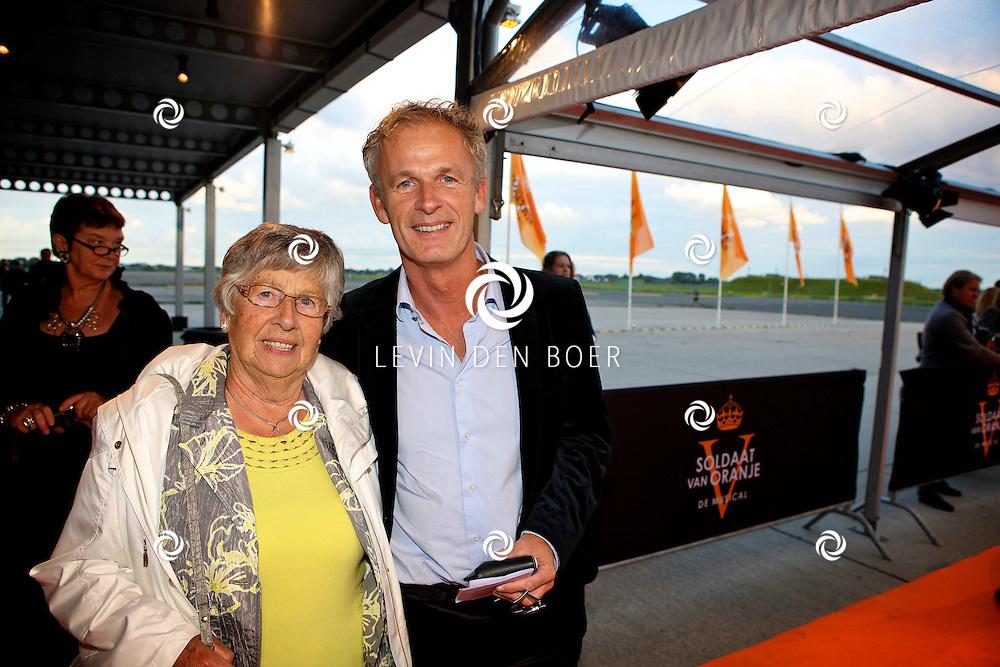 KATWIJK - Op vliegbasis Valkenburg hield Soldaat van Oranje een tweede premiere ter gelegenheid van een nieuwe Cast.  Met op de foto Cor Bakker en zijn moeder. FOTO LEVIN DEN BOER - PERSFOTO.NU