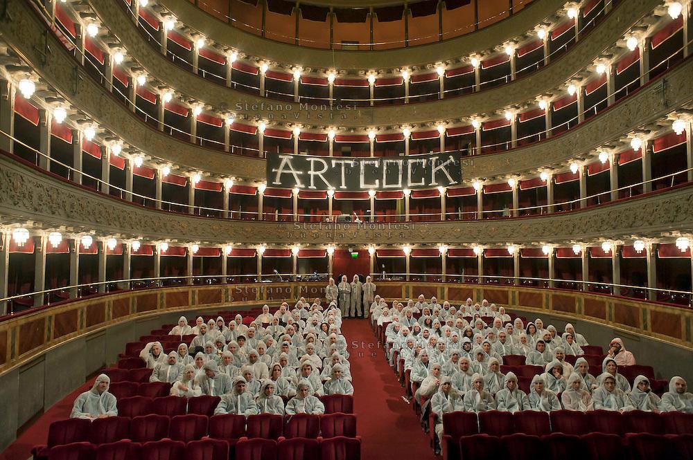 """Roma 18 Novembre 2011.Teatro Valle Occupato da  lavoratrici e lavoratori dello spettacolo dal 14 Giugno 2011..Performance  di ArtCock, il set  della serie fotografica""""Classical Review"""" ."""