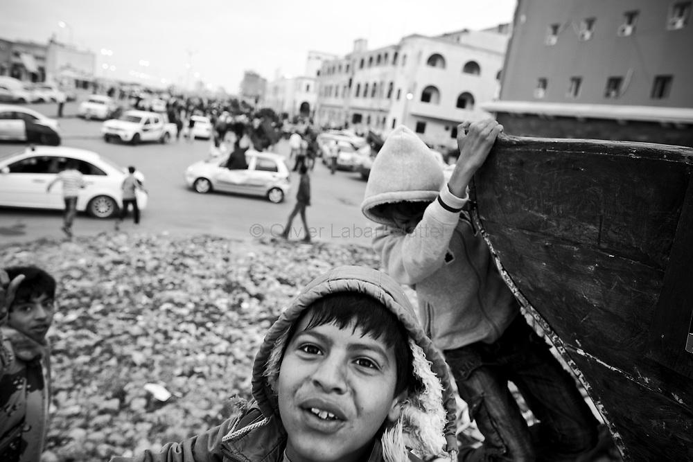 Des enfants participent à une manifestation contre le régime du Colonel Kadhafi, le 30 mars 2011 à Benghasi.
