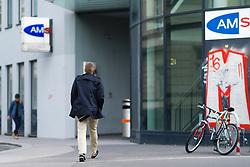 THEMENBILD - Menschen gehen an der AMS Geschäftsstelle Redergasse vorbei. Das Arbeitsmarktservice, kurz AMS, vermittelt Arbeitskräfte an offene Stellen. Aufgenommen am 19.05.2016 in Wien, Österreich // The Austrian Public Employment Service (AMS) is a provider of labour-market related services. Vienna. Austria on 2016/05/19. EXPA Pictures © 2016, PhotoCredit: EXPA/ Michael Gruber