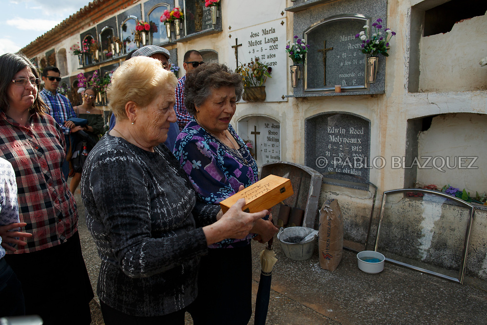 19/05/2018. Relatives hold a box containing the belongings of Valentin Alcantarilla Mercado who was assassinated by dictator Francisco Franco's forces during his inhumation at the cemetery on May 19, 2018 in Sacedon, Guadalajara province, Spain. General Franco's forces killed Timoteo Mendieta and other people between 1939 and 1940 after Spain's Civil War and buried them in mass graves in Guadalajara's cemetery. Argentinian judge Maria Servini used the international human rights law and ordered the exhumation and investigation of Mendieta's mass grave. The exhumation was carried out by Association for the Recovery of Historical Memory (ARMH) recovering 50 bodies from 2 mass graves and identified 24 of them. Spain's Civil War took the lives of thousands of people on both sides, but Franco continued his executions after the war has finished. Spanish governments has never done anything to help the victims of the Civil War and Franco's dictatorship while there are still thousands of people missing in mass graves around the country. (© Pablo Blazquez)