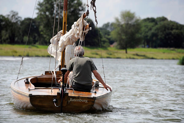 Nederland, Batenburg, 4-8-2012Varen op de rivier de Maas. Een houten zeilboot vaart op een kleine motor.Foto: Flip Franssen/Hollandse Hoogte
