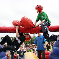 Eoin Sheedy manages to knock off Cathal Stretch at the 2007 Scariff Harbour Festival over the weekend.<br />