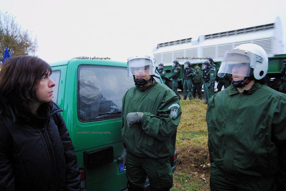 Ein Atomtransport mit Castorbehältern rollt in Hitzacker an Rebecca Harms (links) vorbei. Die heutige Fraktionsvorsitzende der grünen Landtagsfraktion in Niedersachsen war vom Beginn des Widerstands gegen die Atomanlagen Gorleben am Protest beteiligt.
