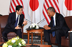 US-Präsident Barack Obama und Japans Premier Shinzo Abe beim Gedenken an die Opfer des japanischen Angriffs auf Pearl Harbor vor 75 Jahren / 271216<br /> <br /> <br /> <br /> ***Japanese Prime Minister Shinzo Abe (L) and U.S. President Barack Obama hold their last summit meeting in Hawaii on Dec. 27, 2016, before Obama leaves office in January. They also visited Pearl Harbor together to commemorate those who died in the Japanese surprise attack in 1941.***