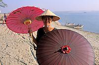 Myanmar (ex Birmanie), Mandalay, Site de Mingun, Vendeuse d'ombrelle  // Myanmar (Burma), Mandalay, Umbrella seller at Mingun site